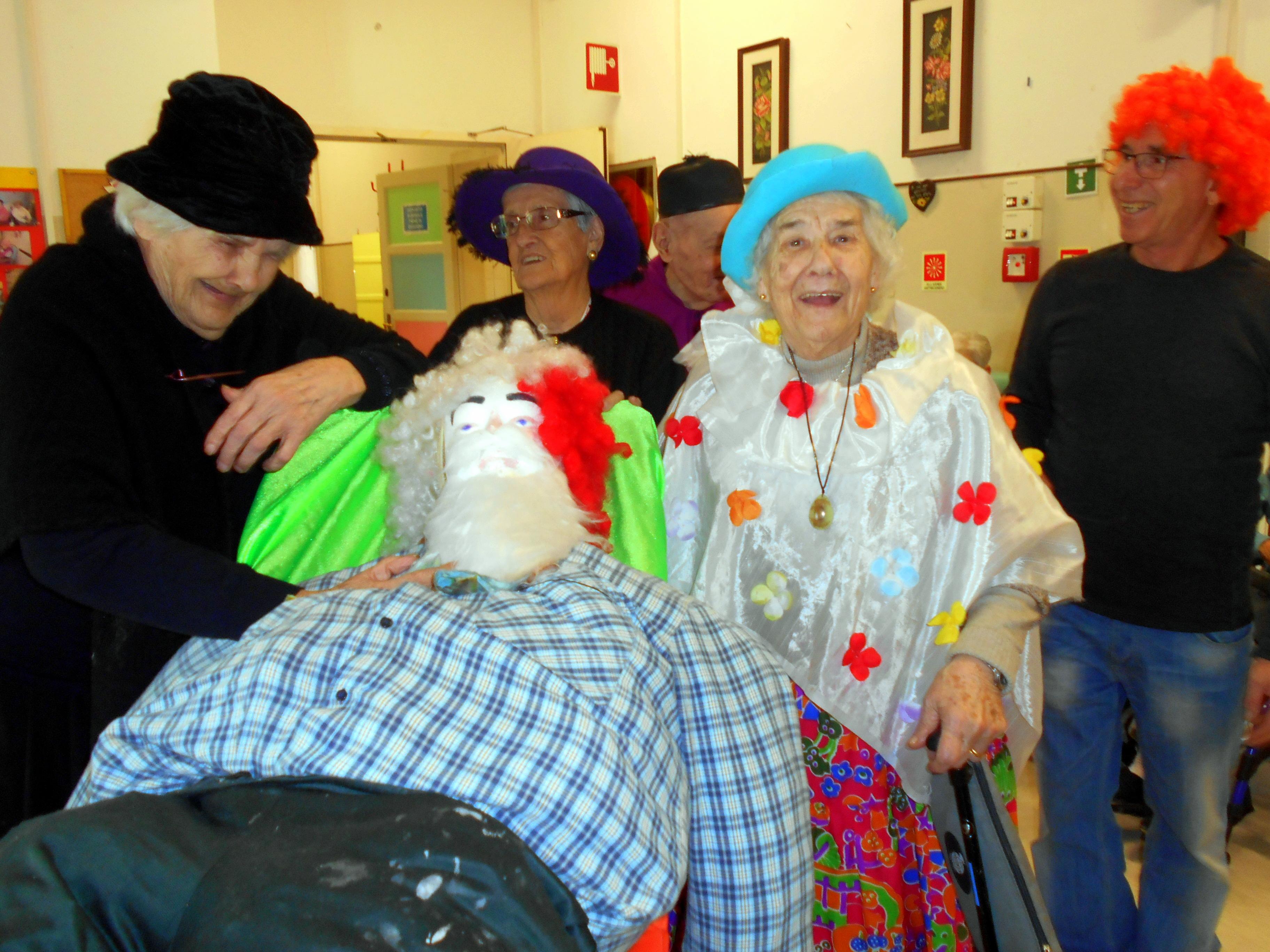 Sfilata per la pace la casa anziani al carnevale di for Piani perfetti per la casa di riposo